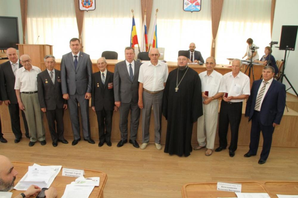 Почетные жители Новочеркасска получили нагрудные знаки