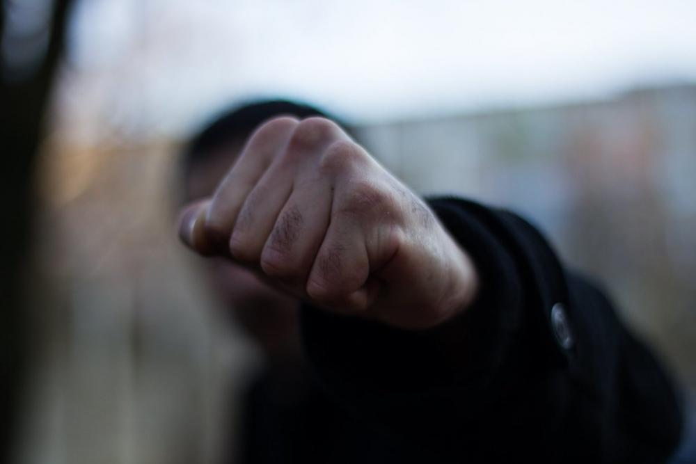 Проводил, ударил, украл: жительницу Новочеркасска ограбил ухажер