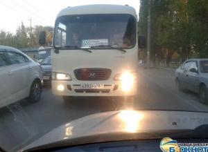 В Новочеркасске маршрутки выезжают на встречную полосу и усугубляют пробки на Хотунке