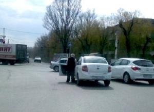В Новочеркасске мужчина помочился прямо на проезжей части - очевидец