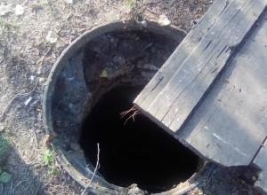 На детской площадке в переулке Магнитном Новочеркасска «разверзлась пасть» канализационного люка