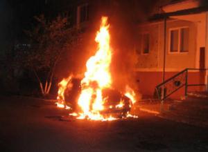 Автомобиль сгорел дотла в микрорайоне Октябрьском в Новочеркасске
