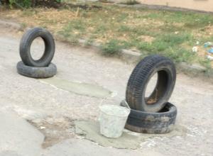 Отчаявшись дождаться ремонта дорог, новочеркасцы сами латают ямы
