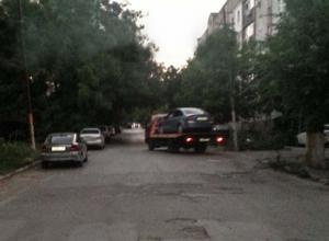 В Новочеркасске «Форд» сбил мемориальную плиту на Севастопольской и «уехал» на эвакуаторе