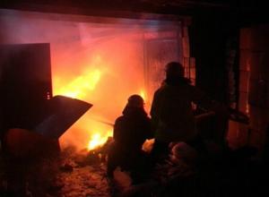 Пламя охватило гараж на улице Добролюбова в Новочеркасске