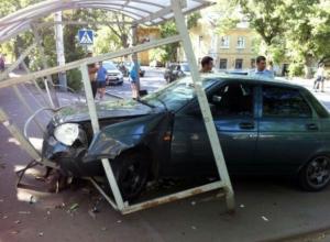 «Приора» с пьяными пассажирами вдребезги разнесла автобусную остановку в Новочеркасске