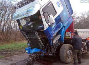 Грузовик снес два столба на трассе под Новочеркасском