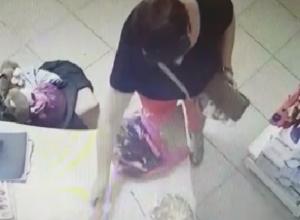 Стащившая деньги в магазине Новочеркасска воровка попала на видео