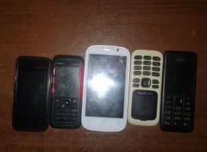 Охапку сотовых телефонов пытались перебросить со свободы заключенным в Новочеркасске