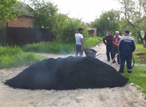 Укладка асфальта в грязь возмутила жителей микрорайона Октябрьский Новочеркасска