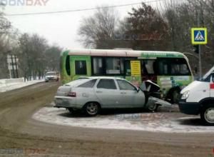 «Лада» не поделила перекресток с маршруткой в Новочеркасске