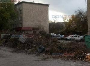 Свалка на улице Спортивной в Новочеркасске приняла угрожающие размеры