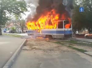Мощное возгорание трамвая в Новочеркасске сняли на видео