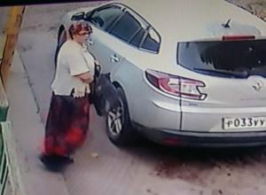 В Новочеркасске немолодая хулиганка проколола шину автомобиля и попала на видео