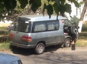 Пьяный на микроавтобусе «Тойота» повредил две припаркованные машины в Новочеркасске