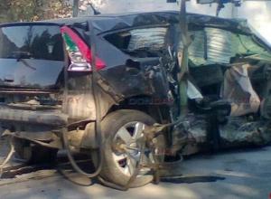В Новочеркасске неуправляемая иномарка снесла машину и три дерева