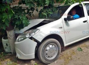 В Новочеркасске протаранивший дерево пьяный водитель решил проспаться на месте аварии