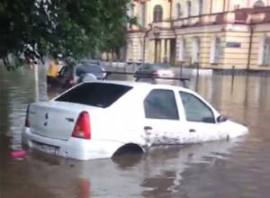 Мощные потоки воды сносили асфальт, камни и мусорные баки в Новочеркасске