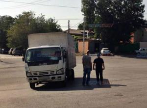 В Новочеркасске грузовик «убежал» от водителя, устроив по дороге серию ДТП