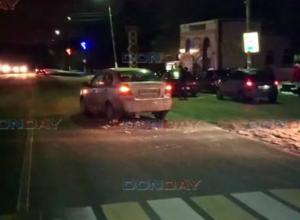 Девушка попала под колеса автомобиля в нескольких метрах от пешеходного перехода под Новочеркасском