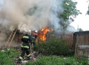 Пожар на улице Крупской в Новочеркасске уничтожил хозпостройку