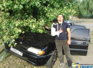 В Новочеркасске ставрополец не вписался в поворот и врезался в дерево