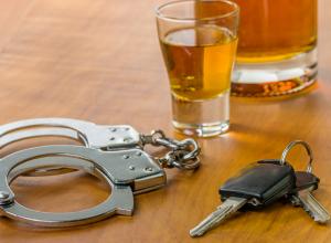 Пьянка с бывшим сожителем закончилась для жительницы Новочеркасска потерей машины