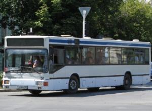 Пассажирский автобус столкнулся с ВАЗ-2106 в микрорайоне Донском в Новочеркасске