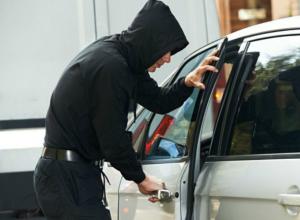 43-летний мужчина похитил из иномарки 30 тысяч рублей в Новочеркасске