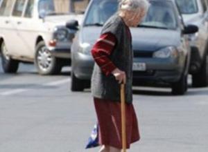Переходившая проезжую часть женщина попала под колеса иномарки в Новочеркасске