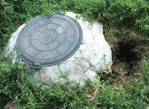 Опасная яма образовалась на детской площадке сквера Чапаева в Новочеркасске