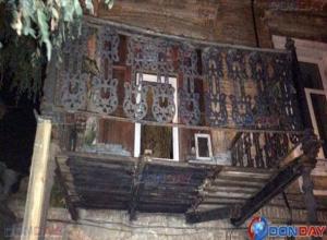 Измученный временем балкон многоквартирного дома обвалился в Новочерскасске