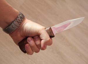 26-летний новочеркасец несколько раз пырнул ножом родственника, требуя деньги