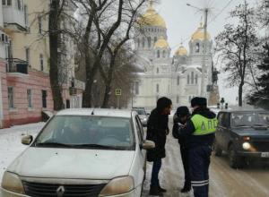 «Осторожно гололед», в Новочеркасске сотрудники ГИБДД провели профилактическую акцию