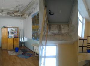 В 12-й школе Новочеркасска протекла отремонтированная крыша
