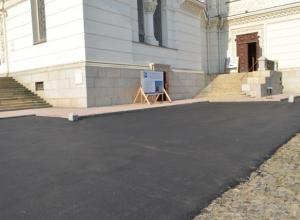 Администрация Новочеркасска «открестилась» от закатывания брусчатки на Соборной площади под асфальт