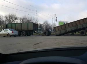 У КамАЗа отвалился прицеп на ходу в Новочеркасске