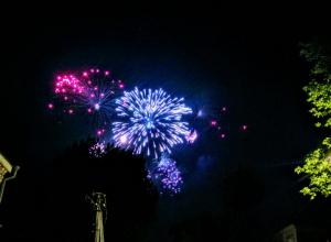 Красочный фейерверк в День Победы запечатлели на видео удивленные жители Новочеркасска
