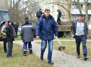 Депутаты новочеркасской Гордумы вышли на улицу с граблями и метлами
