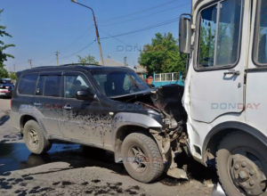 В Новочеркасске несущийся на большой скорости внедорожник в лобовую врезался в автобус