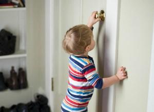 Годовалый ребенок до ужаса напугал оставшихся под дверью в квартиру бабушку и дедушку