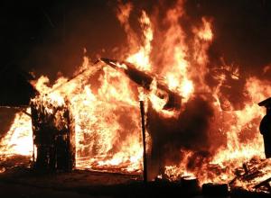 Под Новочеркасском охваченный пламенем гараж полыхал почти 30 минут
