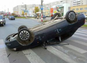 Водитель и пассажир получили травмы в результате переворота иномарки в центре Новочеркасска