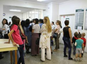 Жители Новочеркасска ждут открытия модульного здания поликлиники №1 простаивая в огромных очередях