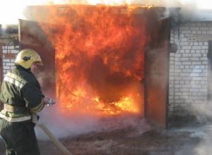 Две пожарные машины и семь огнеборцев тушили объятыйогнем гараж под Новочеркасском