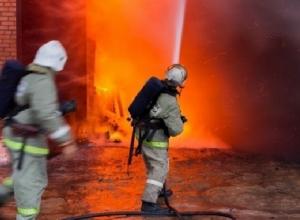 Пожар произошел в одноэтажном магазине поселка Персиановский под Новочеркасском