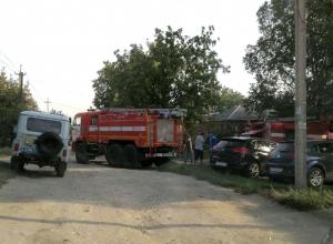 Масштабный пожар на улице Крупской Новочеркасска охватил жилые дома