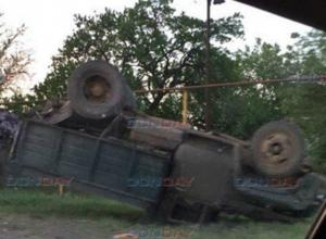 Рабочий угнал со стройки автокран и перевернул им самосвал, под Новочеркасском