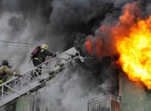 Около ста человек эвакуировали из пылающего дома в Новочеркасске