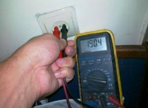 Жители новочеркасской улицы Макаренко страдают от пониженного напряжения в электросети